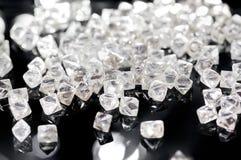 Diamantes transparentes naturais em um fundo preto Fotografia de Stock
