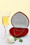 Diamanthalskette mit Champagner und Weiß stieg. Lizenzfreie Stockbilder