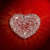 Diamantherz formte Edelstein auf rotem Samthintergrund Lizenzfreie Stockbilder