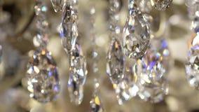 Diamanti d'attaccatura di lacrima sul candeliere classico stock footage