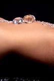 Diamanti su uno stomaco dei womans fotografie stock