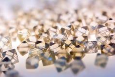 Diamanti trasparenti naturali nella macro con la riflessione gialla Fotografia Stock