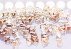 Diamanti trasparenti naturali nella macro con la riflessione gialla Immagine Stock Libera da Diritti