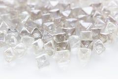 Diamanti trasparenti naturali nella macro su bianco Fotografie Stock