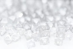 Diamanti trasparenti naturali nella macro su bianco Immagini Stock