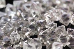 Diamanti trasparenti naturali nella macro su fondo nero Immagini Stock Libere da Diritti