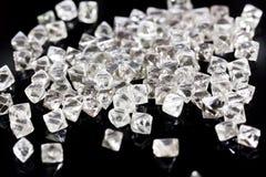 Diamanti trasparenti naturali nella macro su un fondo nero Immagine Stock