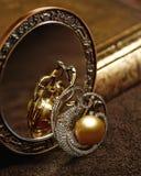 Diamantjuwelen met gouden parels Royalty-vrije Stock Afbeelding