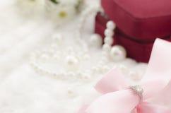Diamantring auf Perlenhalskettenhintergrund Lizenzfreie Stockfotografie