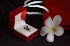 Diamantring in einer Geschenkbox auf schwarzem Hintergrund Stockfotografie