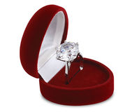 Diamantring im roten Samtkasten stockbild