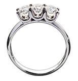 Diamantring met een trilogie in zilveren metaal wordt geplaatst dat Royalty-vrije Stock Foto's