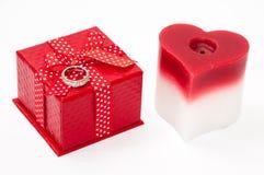 Diamantring mit einem roten Kasten mit einer roten Bogen- und Herzkerze Lizenzfreie Stockbilder
