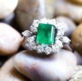 Diamantring mit großem Smaragd lizenzfreies stockbild
