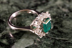Diamantring mit großem Smaragd Stockfotografie