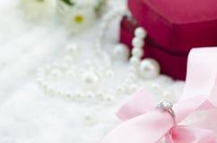 Diamantring mit rosa Band Stockfotos