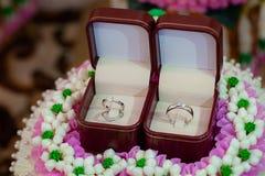 Diamantring, trouwring, de prijs van de Trouwringbruid De symbolen van het huwelijk De ceremonie van het huwelijk stock foto's