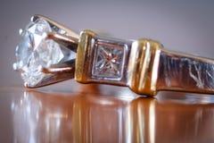 Diamantring - zijaanzicht royalty-vrije stock afbeeldingen