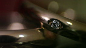 Diamantringen in licht stock footage