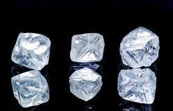 Diamants bruts d'isolement sur le fond noir images stock