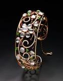 Diamantsmycken med guld- pärlor Royaltyfri Bild