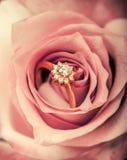 DiamantVerlobungsring in der rosafarbenen Blume Stockfoto