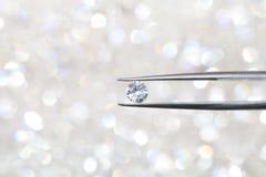 Diament trzymający pincety zamknięty up karowy z ostrości wewnątrz Zdjęcie Royalty Free