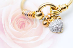 Diamentowy bangle na róży tle Fotografia Royalty Free