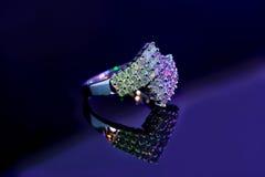 Diamentowy pierścionek na odbijającej powierzchni fotografia stock
