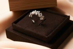 Diamentowy pierścionek w ciemnym biżuteryjnym pudełku zdjęcie royalty free