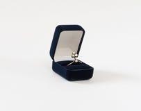 Diamentowy pierścionek w teraźniejszym pudełku Woman& x27; s biżuteria obraz stock