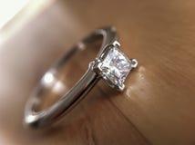 Diamentowy pierścionek zaręczynowy Zdjęcia Royalty Free