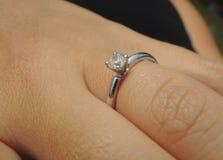 Diamentowy pierścionek zaręczynowy na palcu Obraz Stock