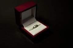diamentowy złocistego pierścionku biel Obraz Stock