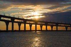 Diametro ad alta velocità occidentale sui precedenti del tramonto nella sera di maggio St Petersburg fotografia stock libera da diritti