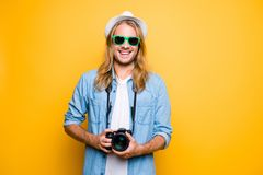 Diami il sorriso Giovane giornalista attraente allegro in vetri, Fotografia Stock