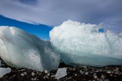 Diamond Beach Iceland Is på den svarta stranden nära den Jokulsarlon glaciärlagun Glaciärisberg i Island Isländsk natur arkivbild