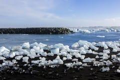 Diamond Beach Iceland Is på den svarta stranden nära den Jokulsarlon glaciärlagun Glaciärisberg i Island Isländsk natur arkivfoto