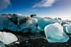 Diamond Beach Iceland Is på den svarta stranden nära den Jokulsarlon glaciärlagun Glaciärisberg i Island Isländsk natur royaltyfria foton