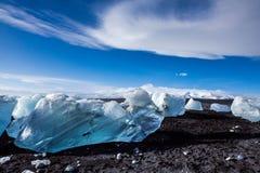 Diamond Beach Iceland Is på den svarta stranden nära den Jokulsarlon glaciärlagun Glaciärisberg i Island Isländsk natur royaltyfri bild