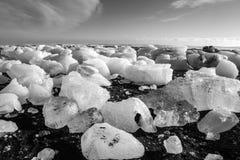 Diamond Beach Iceland Is på den svarta stranden nära den Jokulsarlon glaciärlagun Glaciärisberg i Island Isländsk natur royaltyfria bilder
