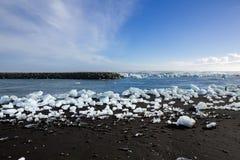 Diamond Beach Iceland Is på den svarta stranden nära den Jokulsarlon glaciärlagun Glaciärisberg i Island Isländsk natur royaltyfri foto