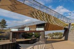 Diamond Bridge och snickare låser på flodbetesmarken i drottningen Elizabeth Olympic Park, arkivfoto