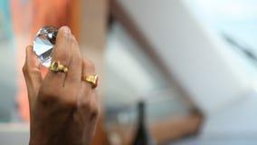 Diamond Crystal på den manliga handen lager videofilmer