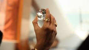 Diamond Crystal på den manliga handen arkivfilmer