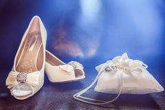 Diamond Encrusted White Bridal Shoes met Trouwringen op Satijn stock afbeeldingen