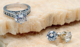 Diamond engagement ring and diamond earrings Royalty Free Stock Photography