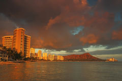Diamond Head Volcano no por do sol da praia Oahu de Waikiki, Havaí Foto de Stock