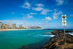 Diamond Head y Waikiki de la playa de Moana del Ala imagen de archivo