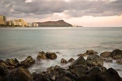 Diamond Head y Waikiki en la oscuridad Imagen de archivo